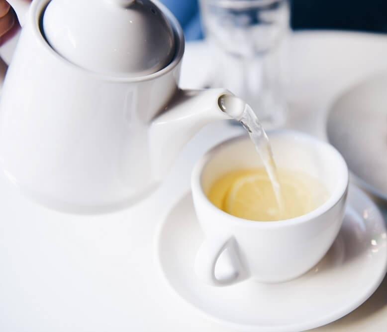 Warmes Wasser mit Zitrone Teekanne