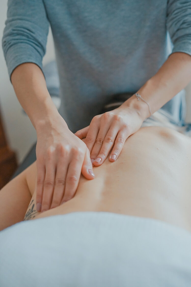 Massage um Muskelverspannung zu lösen mit dem Hausmittel Ingwer-Pfeffer-Salbe